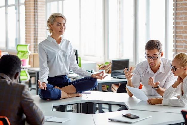 Gestresste frauen bei der arbeit bleiben ruhig, halten das gleichgewicht der mentalen