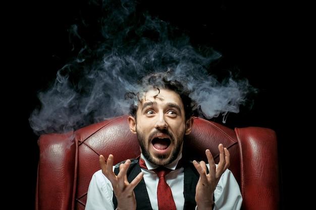 Gestresste geschäftsfrau mit rauch aus den ohren