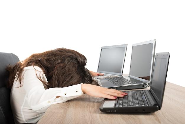Gestresste geschäftsfrau wegen überarbeitung gegen laptop