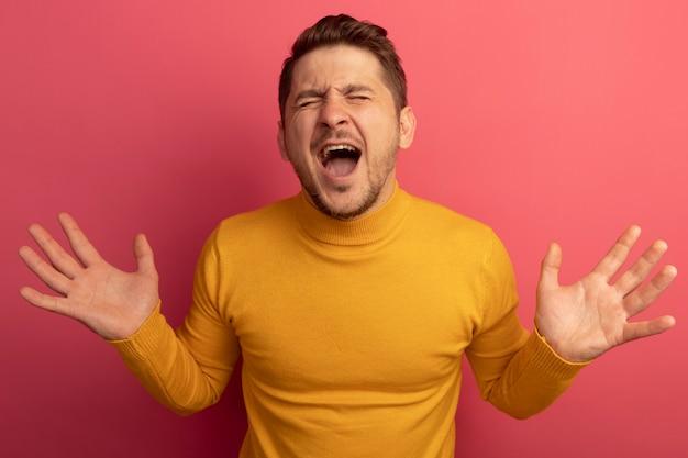 Gestresster junger blonder gutaussehender mann, der leere hände zeigt, die mit geschlossenen augen schreien