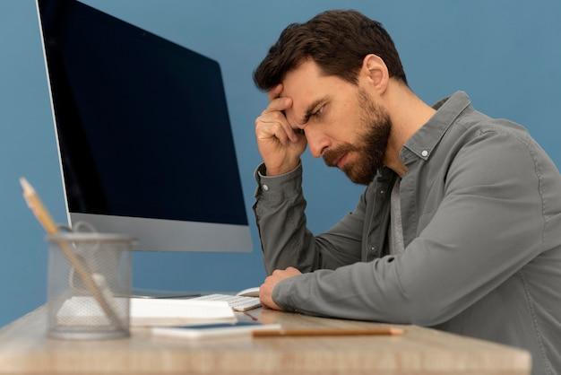 Gestresster mann, der am computer arbeitet