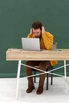 Gestresster mann, der am laptop arbeitet