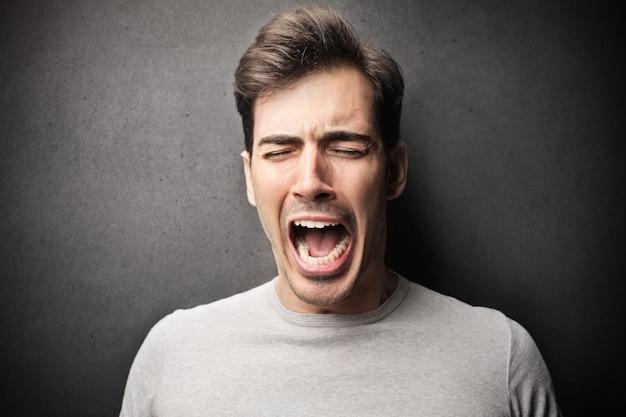 Gestresster mann schreien