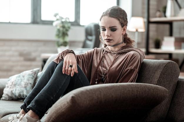 Gestresster teenager. emotionaler teenager mit rauchigen augen, der viele accessoires trägt und sich gestresst fühlt