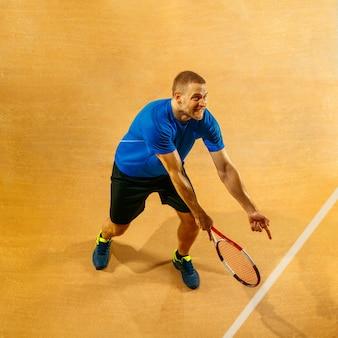Gestresster tennisspieler, der mit schiedsrichter, schiedsrichter, linienrichter oder richter am hof streitet