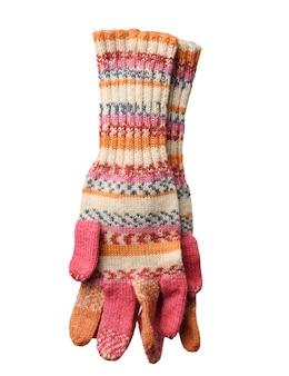 Gestrickte handschuhe aus mehrfarbigem wollfaden isoliert auf weiß, nahaufnahme