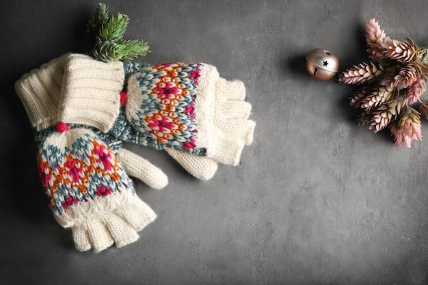 Gestrickte handschuhe und dekor auf farbigem hintergrund