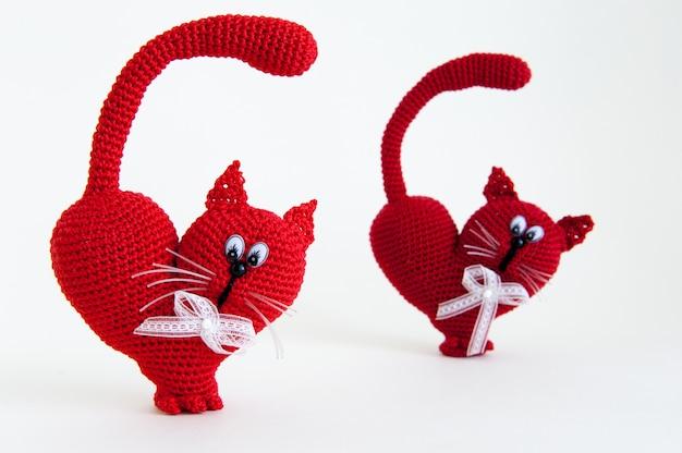 Gestrickte katze als geschenk zum valentinstag