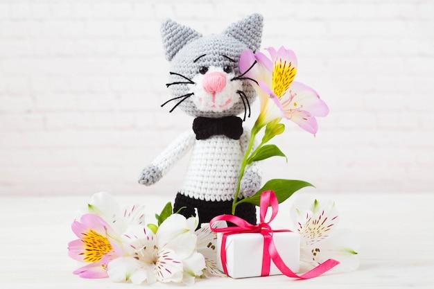Gestrickte katzen, paar, spielzeug. handgefertigt, amigurumi. weißer hintergrund, postkarte. diy