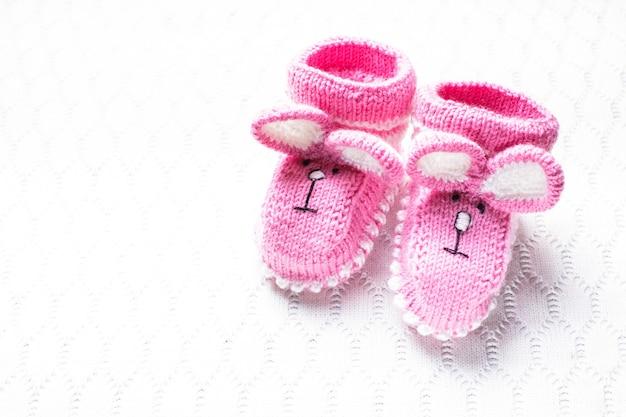 Gestrickte rosa babyschuhe und decke für kleines mädchen