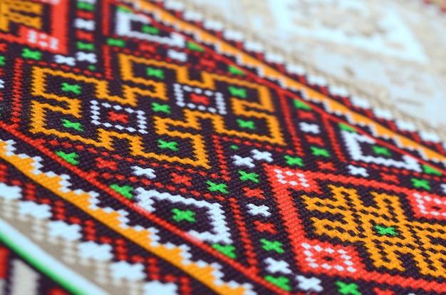 Gestrickte stickerei der traditionellen ukrainischen volkskunst auf textilgewebe
