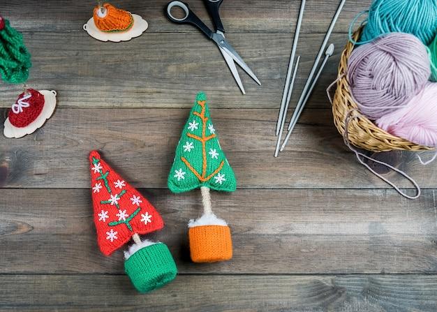 Gestrickte weihnachtsgeschenke handgemacht auf hölzernem hintergrund