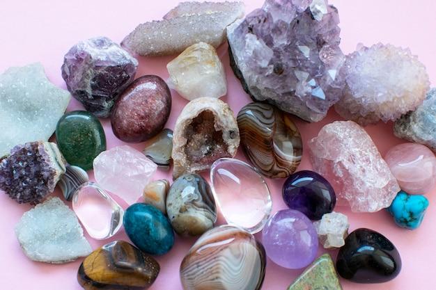 Gestürzte und raue edelsteine und kristalle in verschiedenen farben