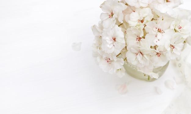 Gestylte fotos in pastellfarben mit wunderschönen weißen blüten