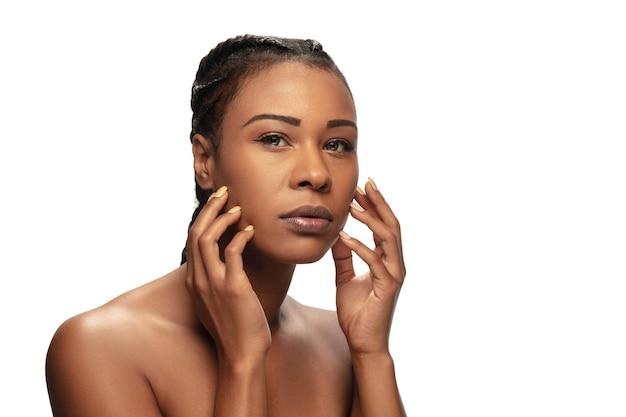 Gesund. porträt der schönen afroamerikanerfrau lokalisiert auf weißem studio
