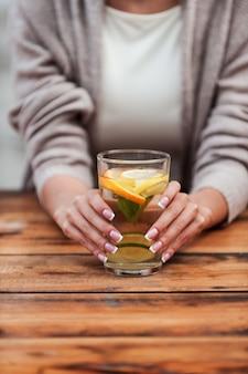 Gesund trinken! nahaufnahme der jungen frau mit glas mit frischer limonade