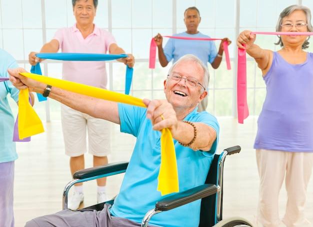 Gesunde ältere leute an der turnhalle