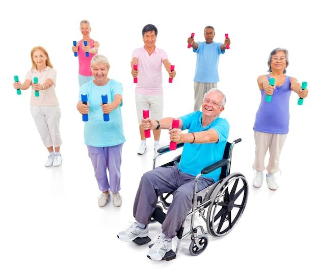 Gesunde ältere leute in der turnhalle