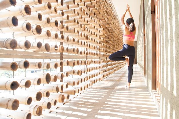 Gesunde asiatische frau, die yoga tut