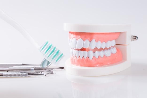 Gesunde ausrüstung des zahnmedizinischen konzeptes bearbeitet zahnpflege