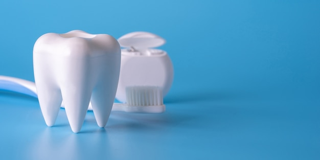 Gesunde ausrüstung des zahnmedizinischen konzeptes bearbeitet zahnpflegen berufsfahne