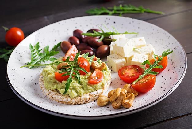 Gesunde avocado-toasts zum frühstück oder mittagessen
