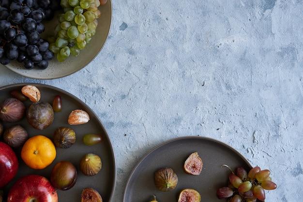 Gesunde bio-früchte in platten