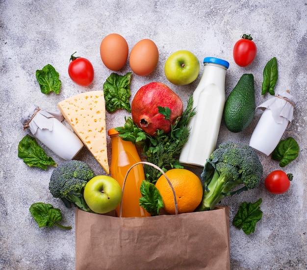 Gesunde bio-produkte mit papiertüte