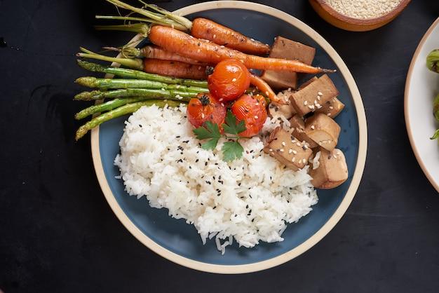 Gesunde bio-tofu und reis buddha bowl mit gemüse.