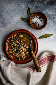Gesunde bohnensuppe serviert in keramikschale auf einem tisch
