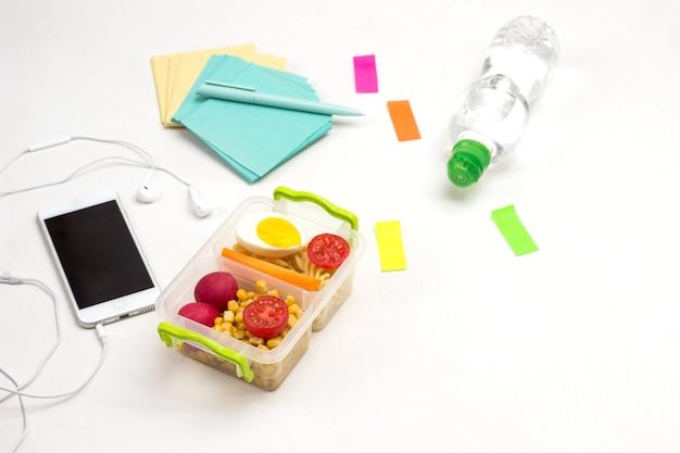 Gesunde brotdosen und buntes briefpapier