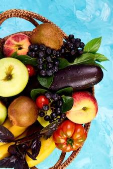 Gesunde bunte nahrungsmittelauswahl im korb