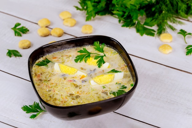 Gesunde cremige gemüsesuppe mit ei und crackern