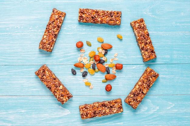 Gesunde delikatessen müsliriegel mit schokolade, müsliriegel mit nüssen und trockenen früchten, draufsicht