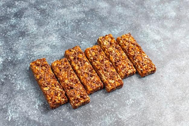 Gesunde delikatessen müsliriegel mit schokolade, müsliriegel mit nüssen und trockenfrüchten