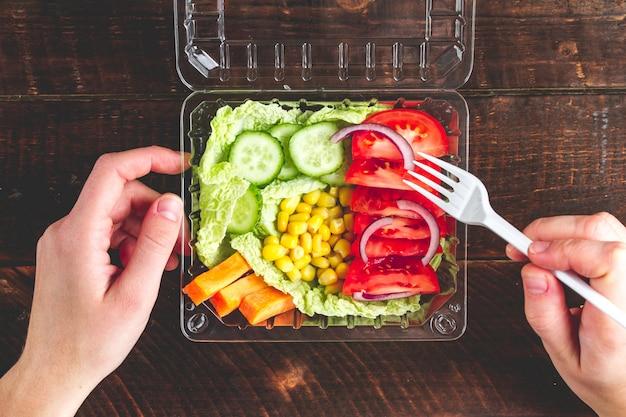 Gesunde, diätetische, gesunde mahlzeit in einem plastikbehälter