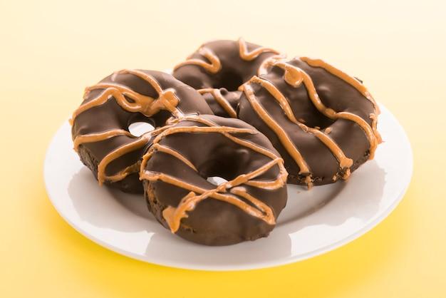 Gesunde donuts aus süßkartoffel und erdnussbutter