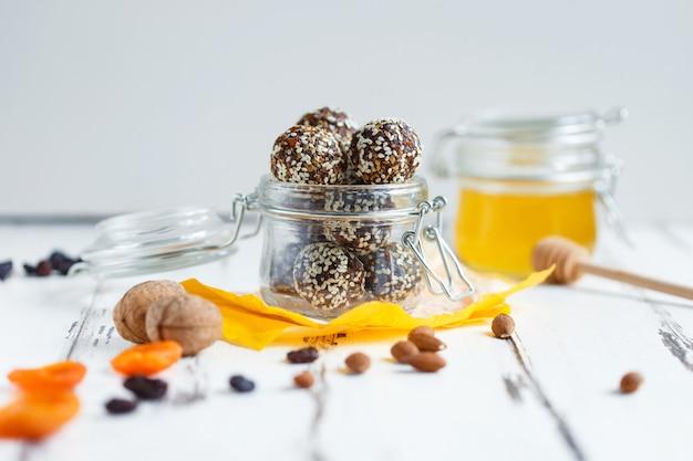 Gesunde energie bio-bissen mit nüssen, datteln, honig und sesam