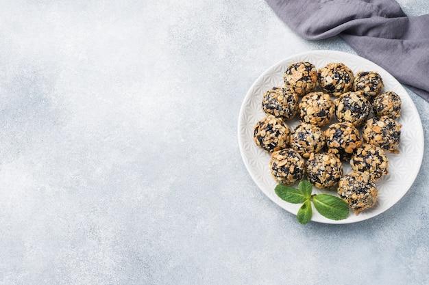 Gesunde energiekugeln aus trockenfrüchten und nüssen mit haferflocken und müsli