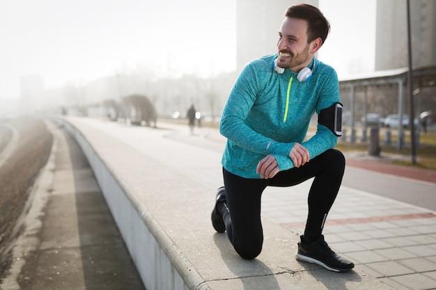 Gesunde, entschlossene sportler-fitness-übungen durch joggen im freien