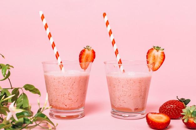 Gesunde erdbeeresmoothies der vorderansicht