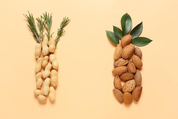 Gesunde erdnuss- und mandelnüsse auf der farboberfläche