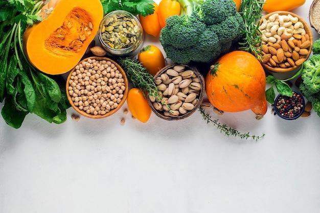 Gesunde ernährung aus gemüse getreide mit hohem proteingehalt brokkoli kürbis kichererbsen mandeln mann