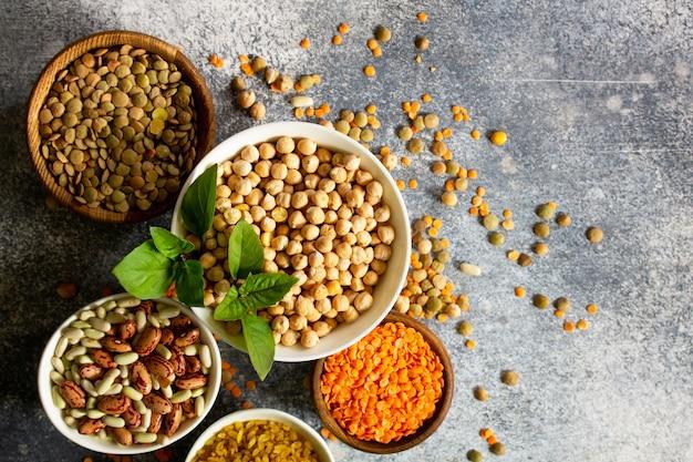 Gesunde ernährung diät ernährungskonzept vegane proteinquelle rohe hülsenfrüchte ansicht von oben
