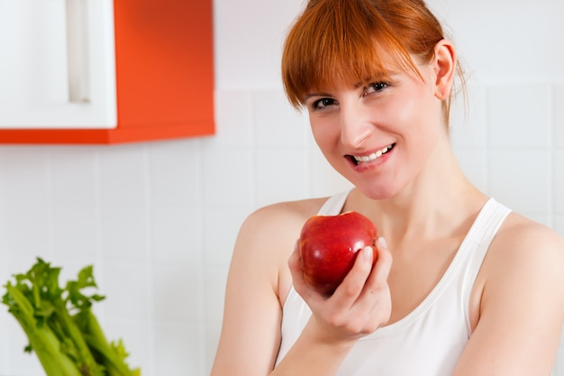 Gesunde ernährung - frau mit apfel