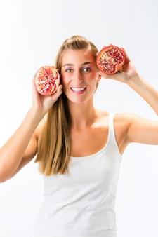 Gesunde ernährung, frau mit granatapfel