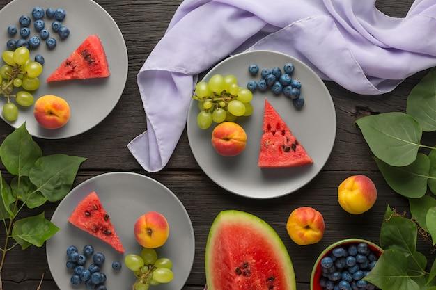 Gesunde ernährung frisches obst, beeren und hüttenkäse-dessert