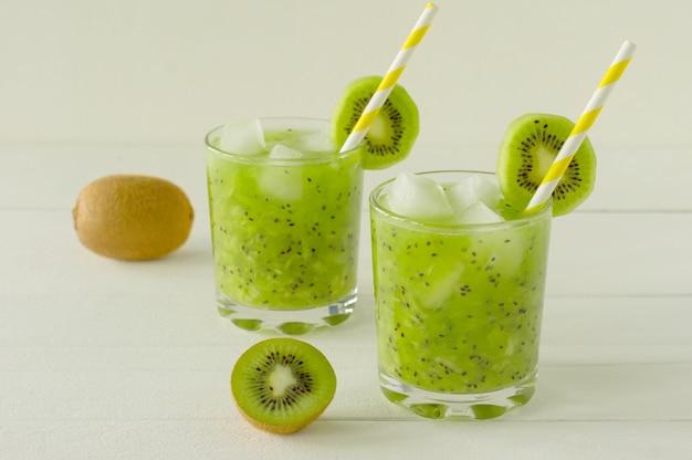 Gesunde ernährung - grüner vitamin-smothie mit kiwi-gemüse. detox gesundes getränk für energie.
