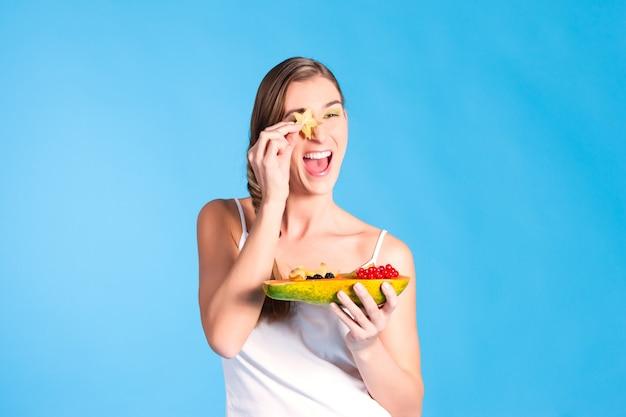 Gesunde ernährung - junge frau mit früchten