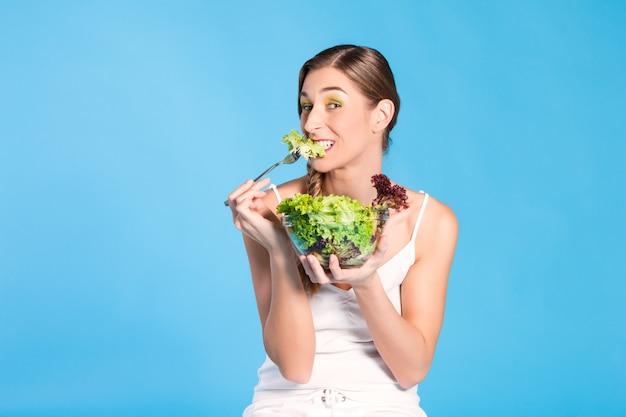 Gesunde ernährung - junge frau mit salat